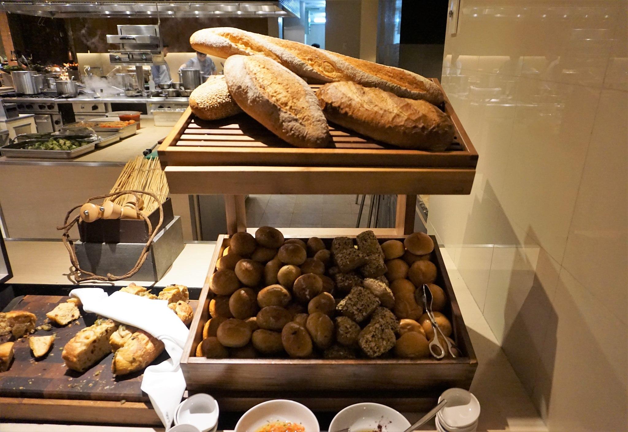 bread-at-brasserie-on-3-conrad-manila